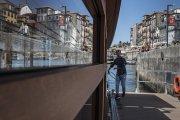 O barco que atravessa o Rio Douro entre Gaia e Porto